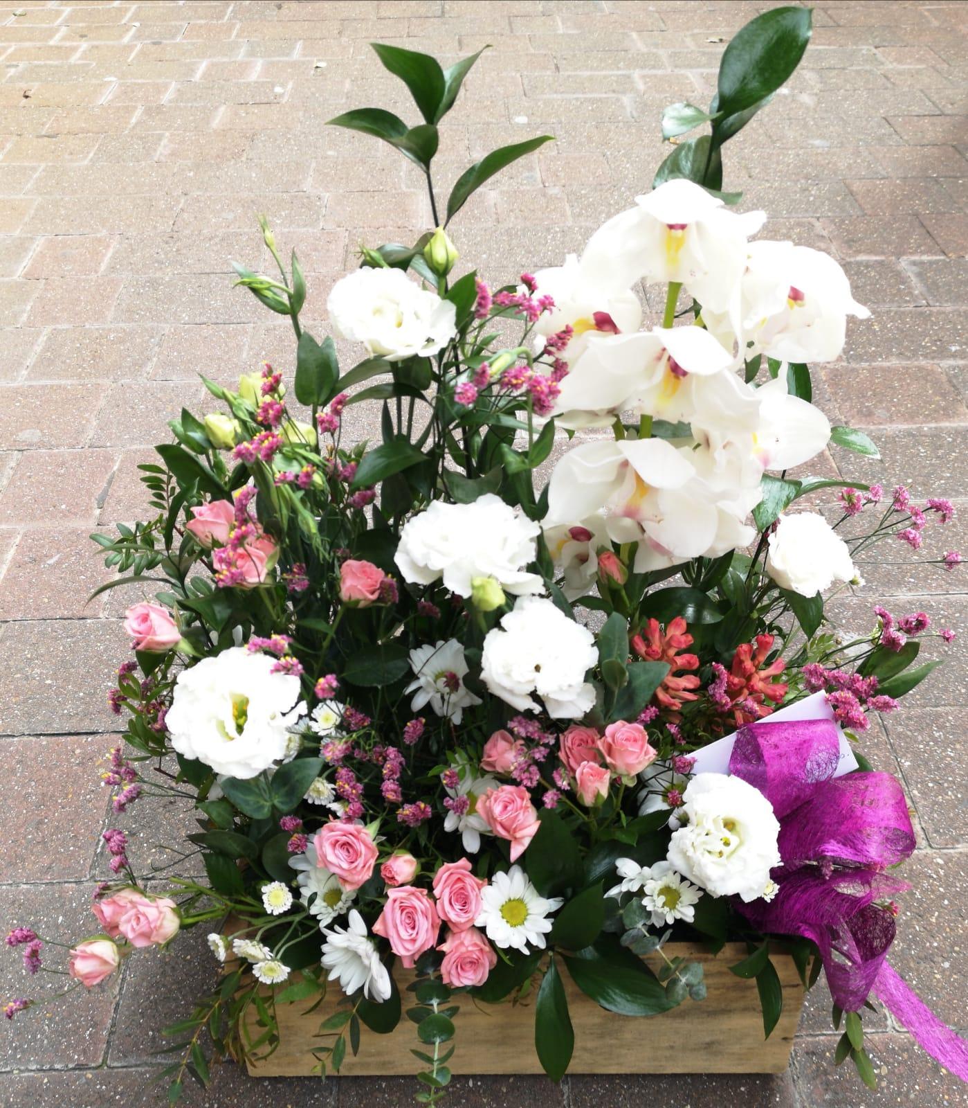 Caja fusta flor variada 70€