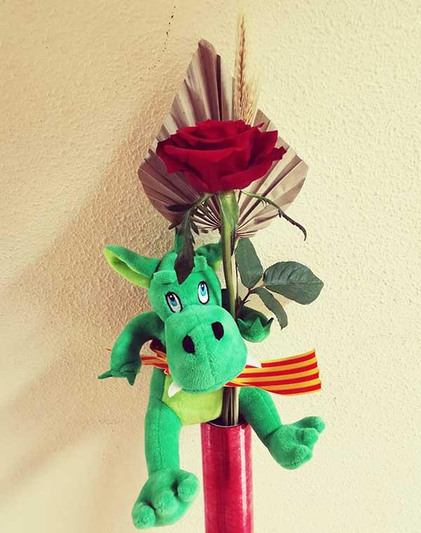 Rosa-Sant-Jordi-con-peluche-de-dragón
